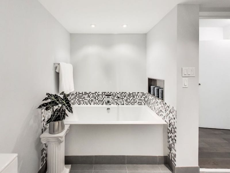 401 queens quay w 502 deep soaker tub in main bath