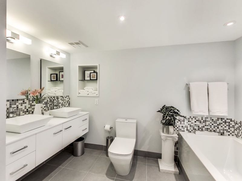 401 queens quay w 502 has a 5 piece bath with dual basins, soaker tub and separate shower