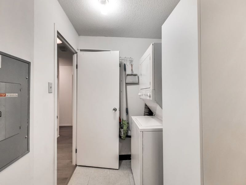 401 queens quay w 502 has a spacious separate laundry room offering a large amount of ensuite storage