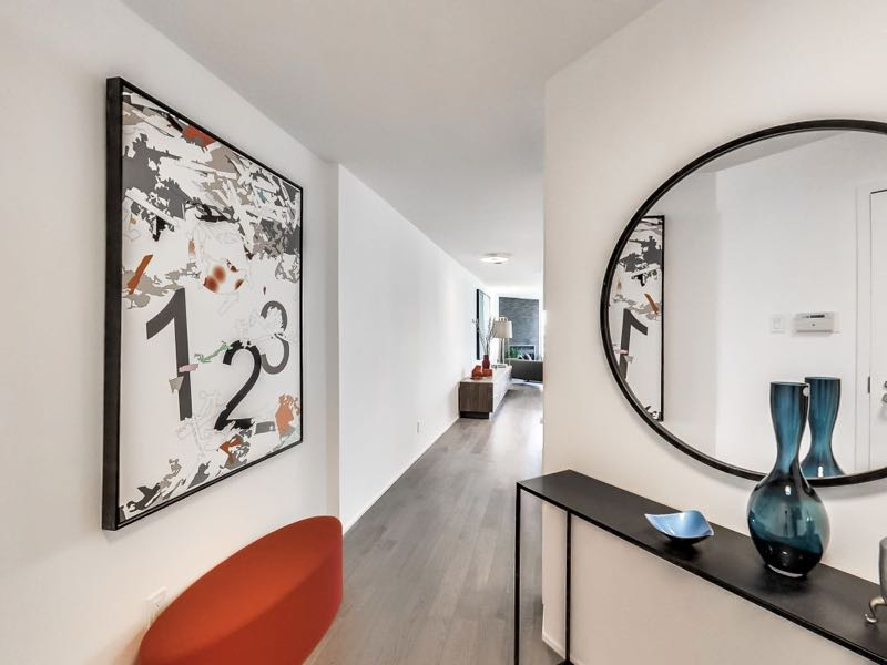 502-401 queens quay w entranceway with room for art and console table