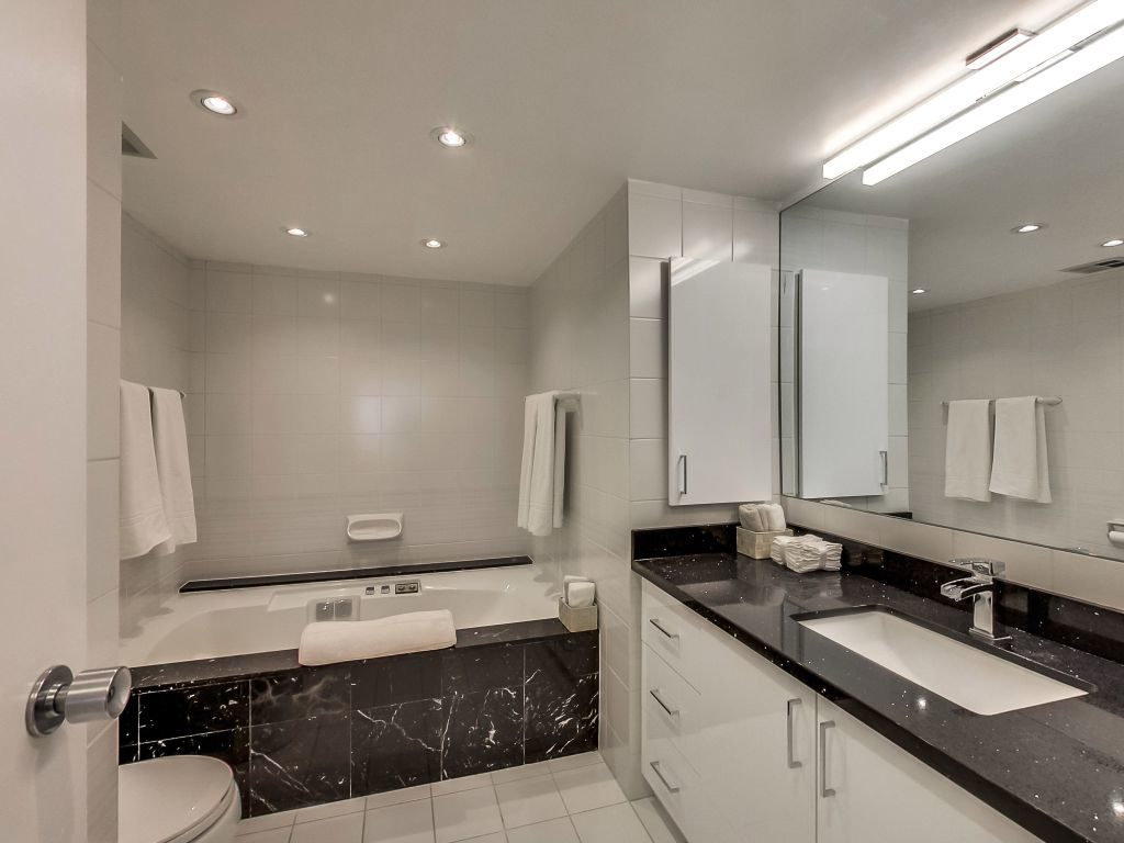 401 Queens Quay W 503 5 piece ensuite bath