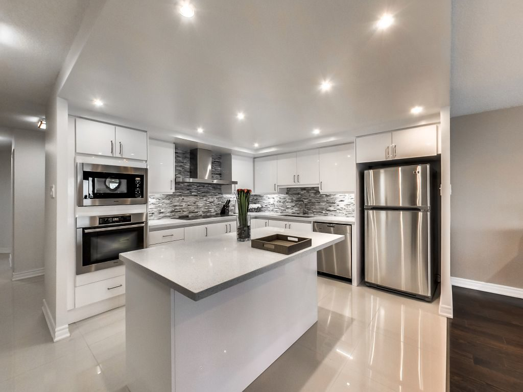 401 Queens Quay W eat in kitchen has large kitchen island