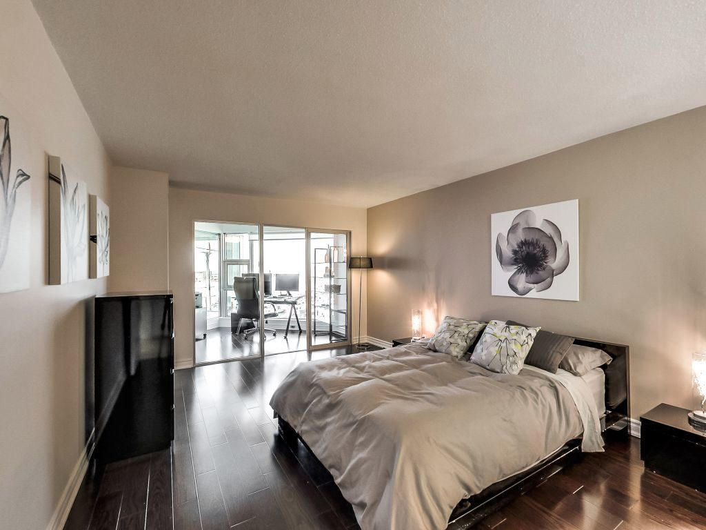 401 Queens Quay W large master bedroom