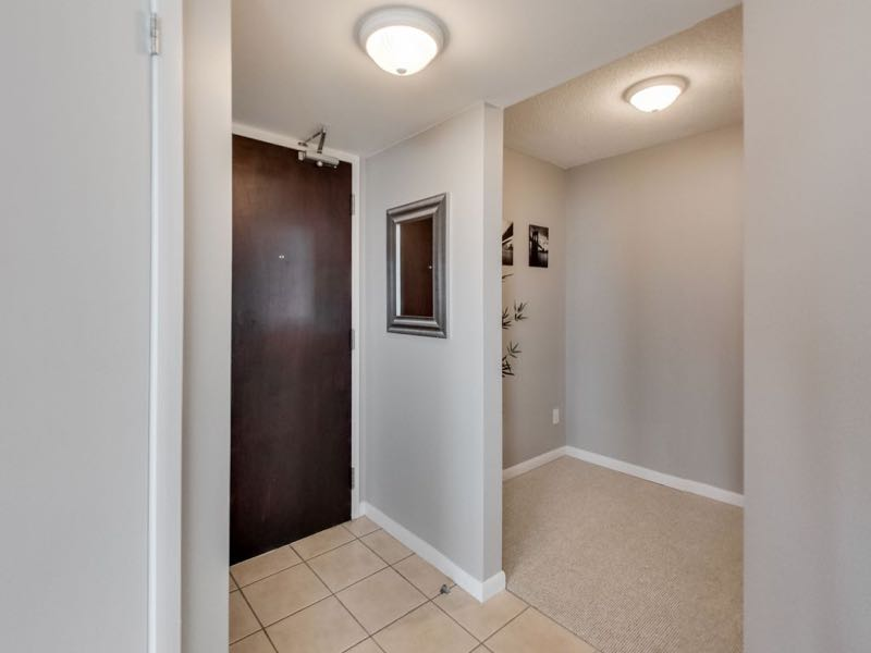 231 Fort York Blvd 1603 foyer entrance with adjoining den