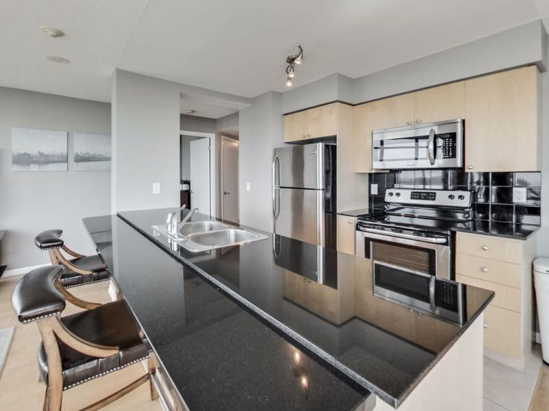 231 Fort York Blvd 1603 spacious breakfast bar and kitchen counter top