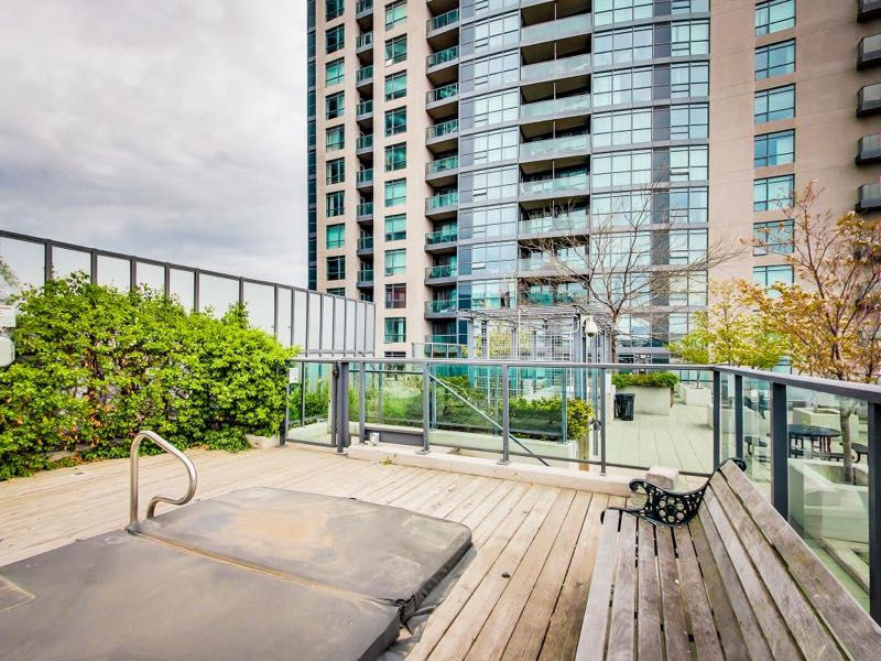 231 Fort York Blvd outdoor whirpool hot tub on 8th floor rooftop deck